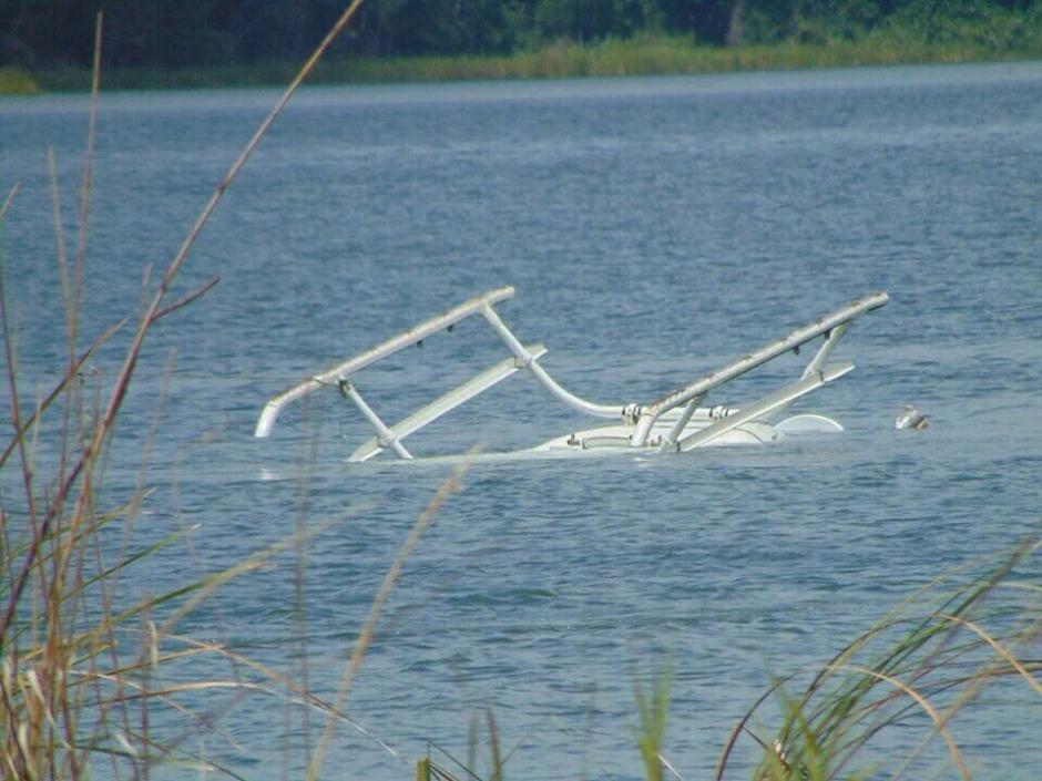 Un helicóptero cayó al Lago de Atitlán la mañana de este sábado. (Foto: @ErickColop)