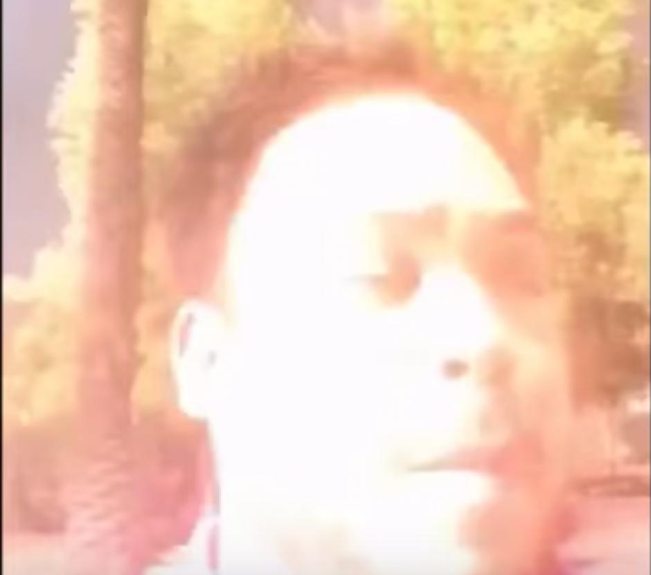 De pronto, y sin previo aviso un rayo impacta muy cerca de él. (Captura de pantalla: Storyful /YouTube)