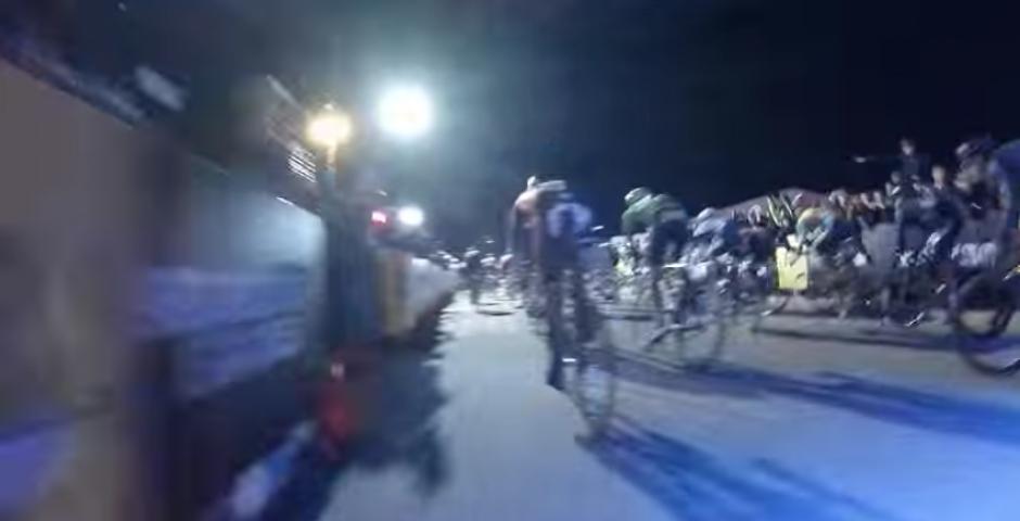 Algunos ciclistas esquivan la motocicleta. (Captura de pantalla: YouTube/Rob M.)