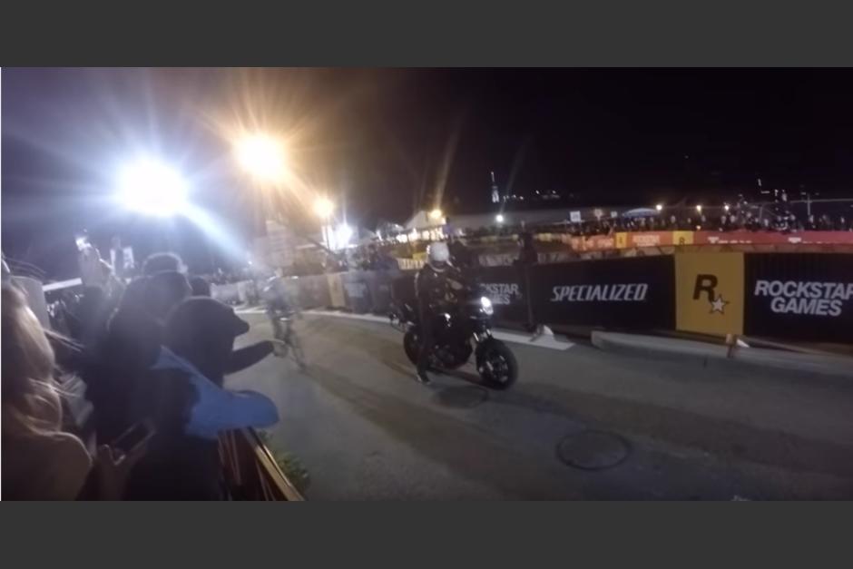 La motocicleta no prende y se queda a medio camino. (Captura de pantalla: YouTube/Rob M.)