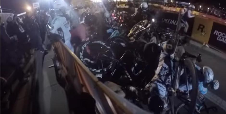 La tensión sube cuando aparecen más ciclistas. (Captura de pantalla: YouTube/Rob M.)