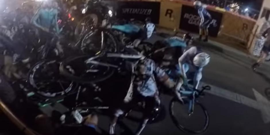 Un ciclista no logra esquivar a la motocicleta y choca. (Captura de pantalla: YouTube/Rob M.)