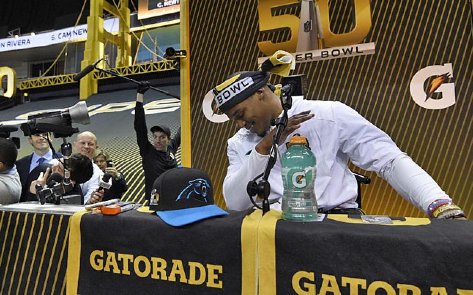 Cam Newton, quarterback de Carolina Panthers, conversó con la prensa. (Foto: cbssports.com)