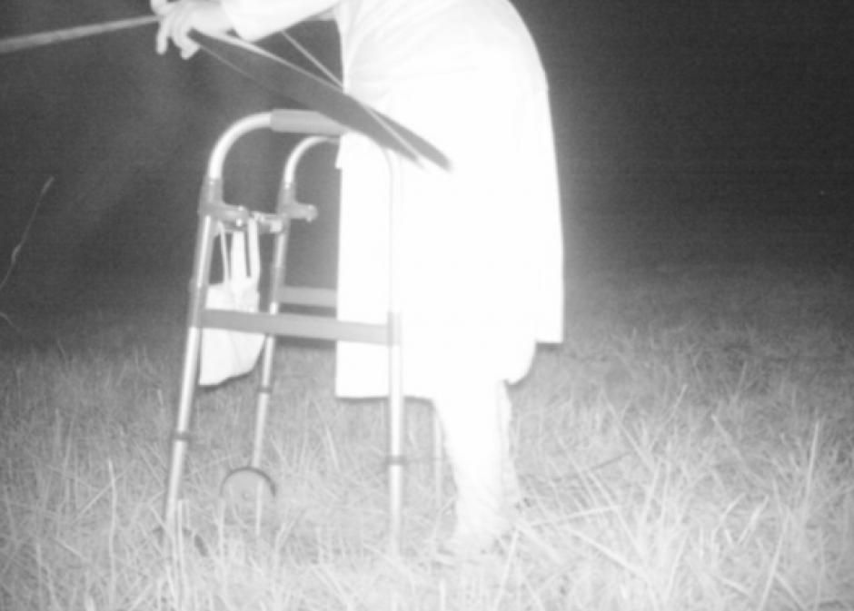 Una mujer salió a dar un paseo con su andador y un machete. (Foto: www.sopitas.com)
