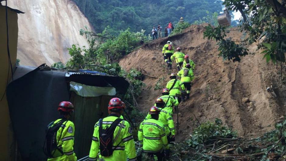 Las cuadrillas de rescate siguen trabajando en el área, desde la noche del jueves 1 de octubre, para el rescate de víctimas. Hay más de 25 desaparecidos. (Foto: Jorge López/ Nuestro Diario)