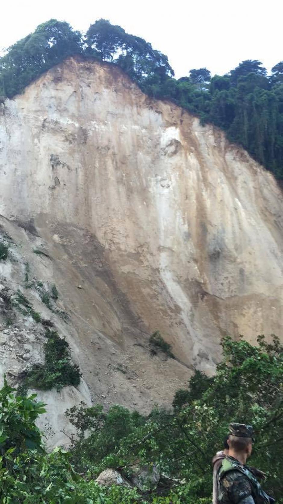 Este fue el cerro que se cortó y cayó sobre las viviendas en El Cambray II, Santa Catarina Pinula. (Foto: Jorge López/ Nuestro Diario)