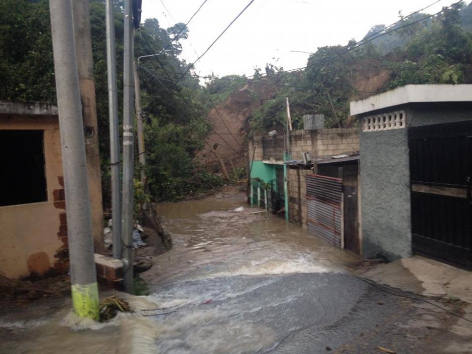 El cauce del río Pinula se desvió tras el derrumbe del cerro, que soterró la Colonia El Cambray II. (Foto: Conred)