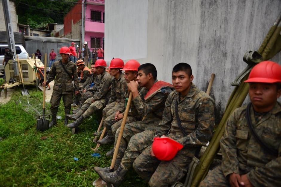 Elementos del Ejército de Guatemala toman un respiro para continuar la tarea de rescate luego de pasar la noche completa trabajando. (Foto: Jesús Alfonso/Soy502)