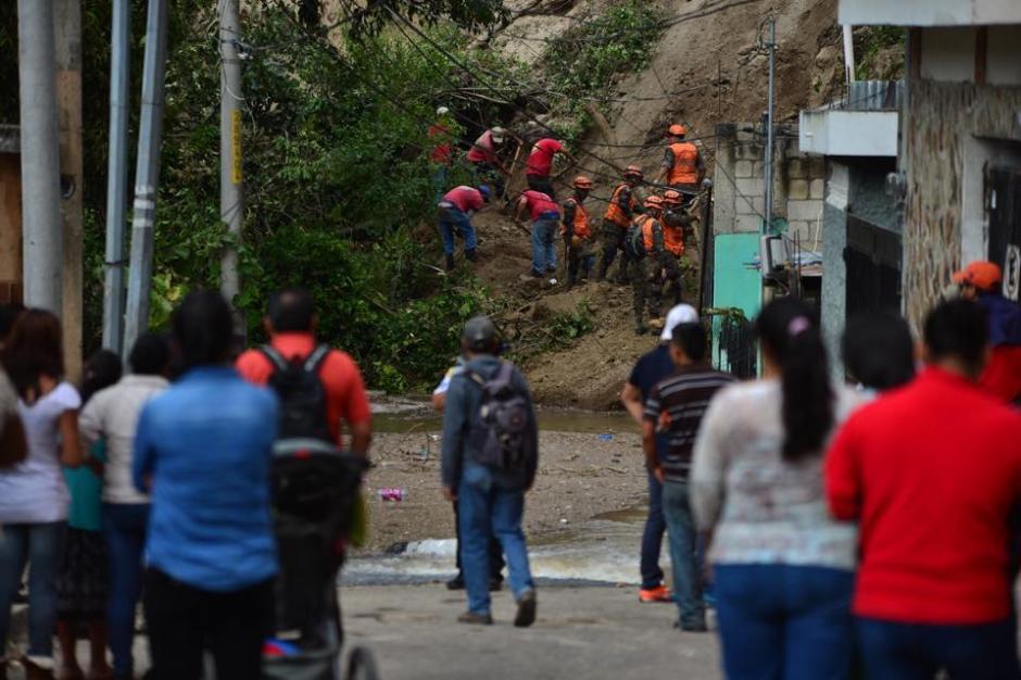 Las escenas de dolor que dejó el derrumbe en El Cambray II en Santa Catarina Pinula. (Foto: Jesús Alfonso/Soy502)