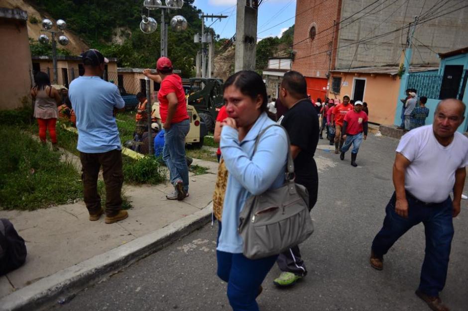 Los familiares recidentes de El Cambray II lloran al ver la magnitud del desastre. (Foto: Jesús Alfonso/Soy502)