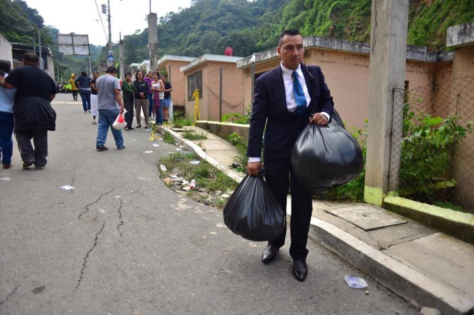 Los residentes de El Cambray II extraen con las pertenencias que puedan en la zona del desastre. (Foto: Jesús Alfonso/Soy502)