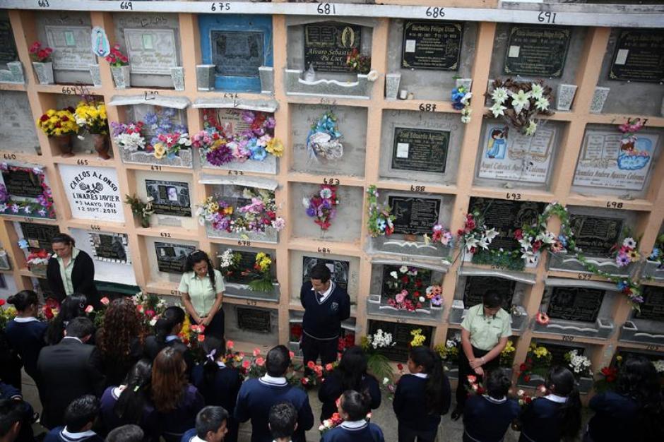 Familiares y amigos recordaron a las víctimas mortales de El Cambray II. (Foto: EFE)