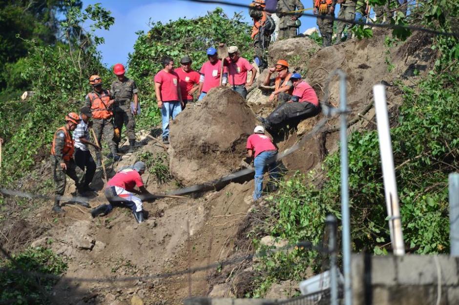 Los rescatistas trabajan en la zona del derrumbe para localizar a los desaparecidos. (Foto: Jesús Alfonso/Soy502)