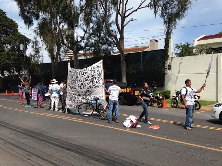 El grupo de personas que acompaña a Ochoa estuvo en la CICIG para mostrar su apoyo. (Foto: Fredy Hernández/Soy502)