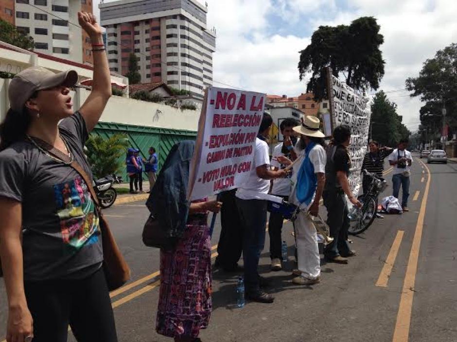 Con pancartas y mantas, el grupo de caminantes apoya a la CICIG. (Foto: Fredy Hernández/Soy502)