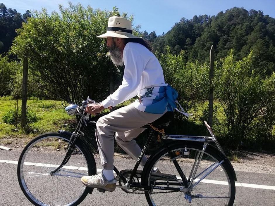 El Caminante recorre algunas extensiones en bicicleta. (Foto Facebook El Caminante por la Transformación)