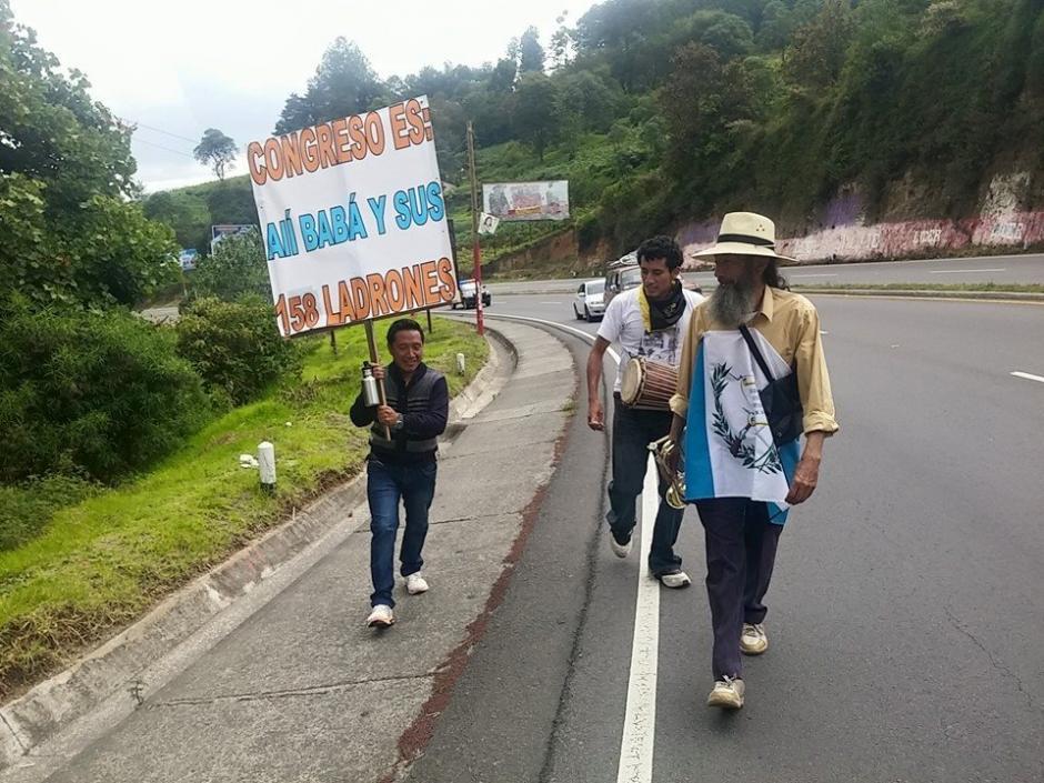 Ochoa es acompañado por universitarios y por representantes del movimiento Basta Ya. (Foto Facebook El Caminante por la Transformación)