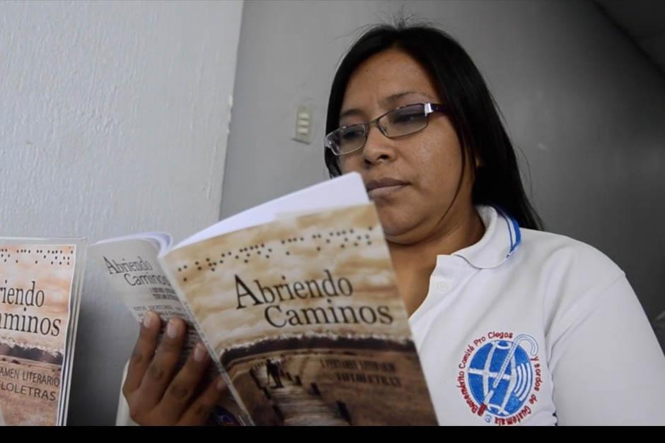 """""""Abriendo Caminos"""" es el segundo libro que realizan personas con discapacidad visual para personas videntes. (Foto: Selene Mejía/Soy502)"""