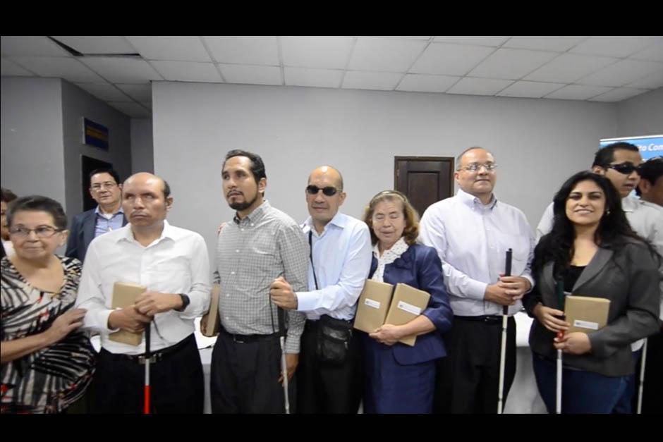Diez personas fueron seleccionadas para elaborar este libro de poesía y cuentos. (Foto: Selene Mejía/Soy502)