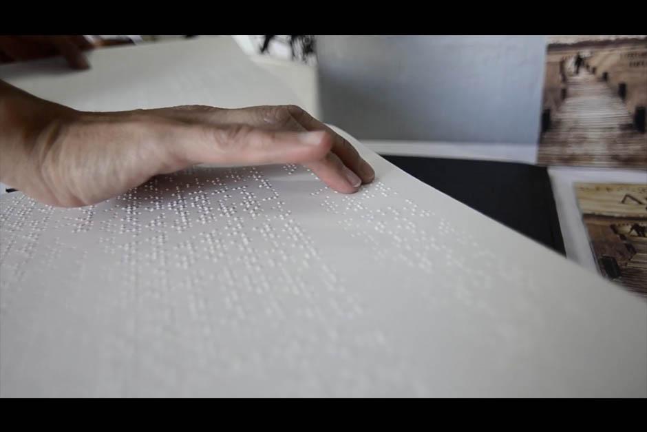 El libro también está disponible en lectura Braille. (Foto: Selene Mejía/Soy502)