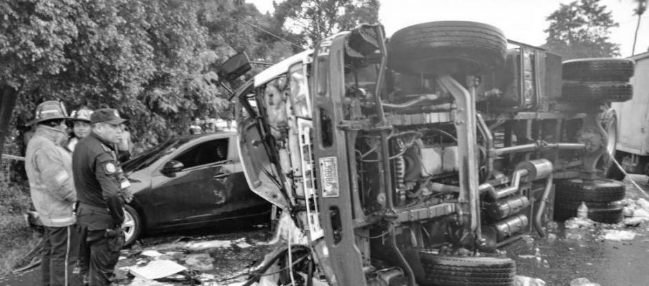 El piloto y ayudante de un camión con aguas gaseosas fallecieron. (Foto: Bomberos Voluntarios)