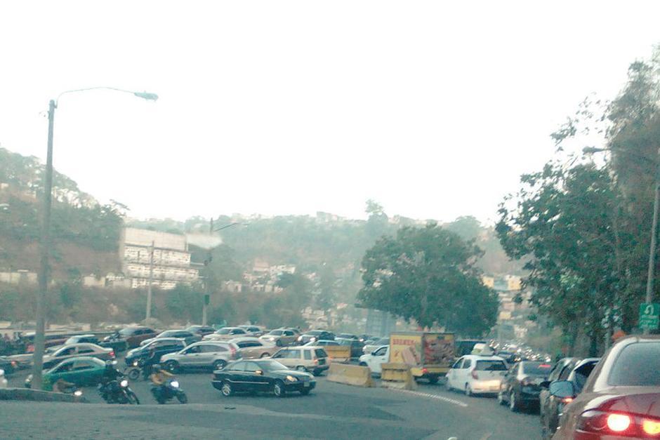 Las autoridades reportan tráfico complicado en la calzada La Paz y afecta la movilidad en las zonas 18 y 5. (Foto: Twitter/ @bcmorales2)