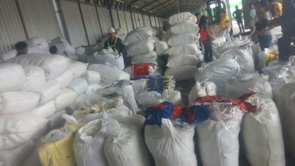 Decomisan camisolas y otros implementos deportivos en el Puerto Quetzal. (Foto: PNC)