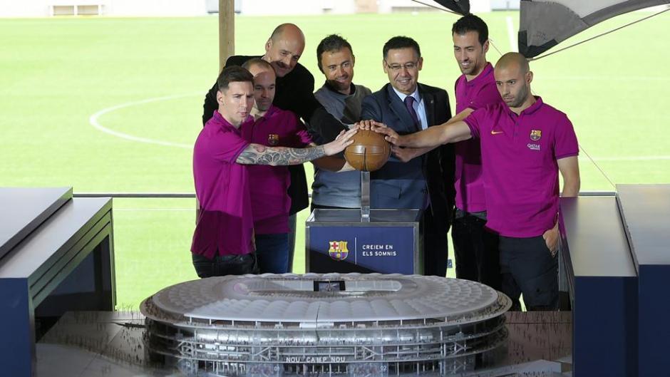 Directivos y jugadores participaron en la presentación de la obra. (Foto: Twitter/FC Barcelona)