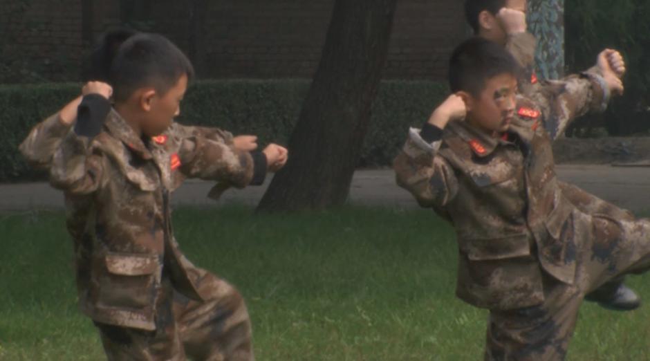 Los niños realizan ejercicios con rifles, practican Kung Fu y llevan a cabo muchos otros entrenamientos militares. (Foto: rt.com)