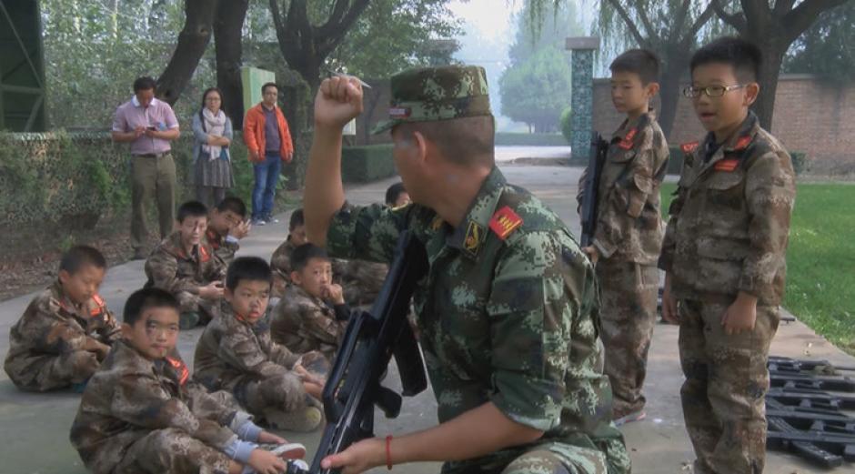 Los niños reciben instrucciones de tipo militar en el campamento. (Foto: rt.com)