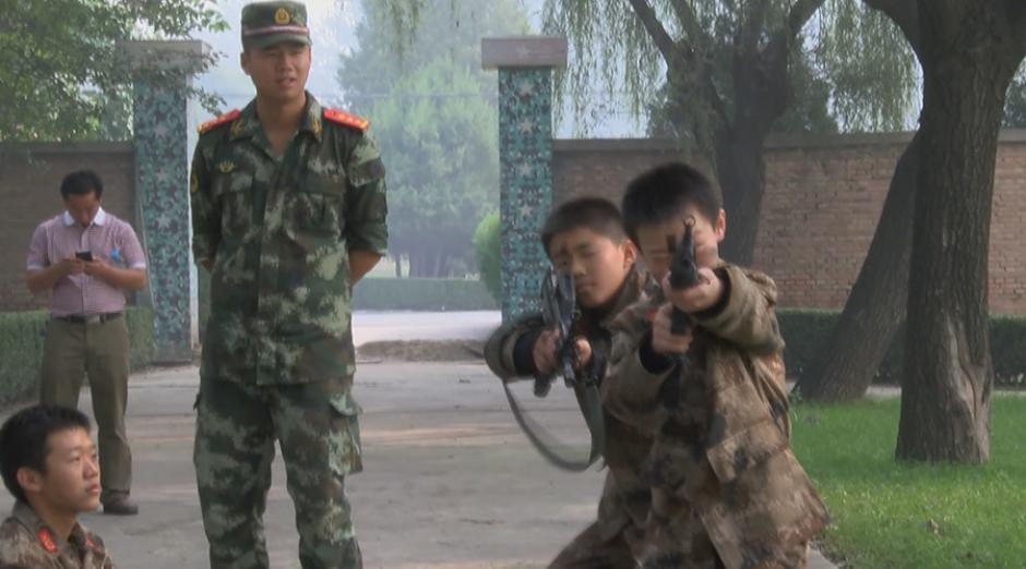 Al mejor estilo de Counter-Strike, niños empuñan un fusil de asalto. (Foto: rt.com)