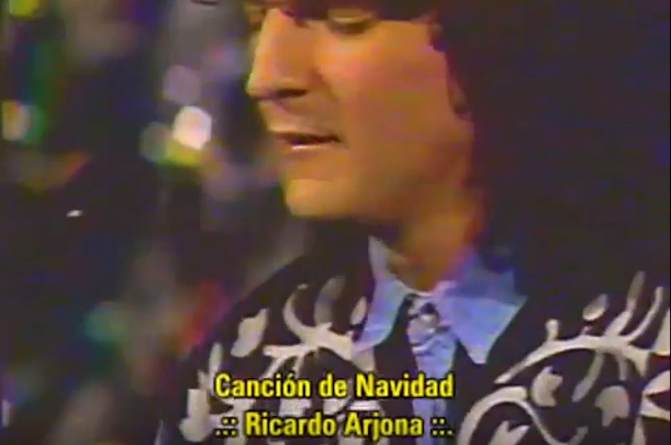 """Era 1992 cuando Ricardo Arjona interpretaba una dura """"Canción de navidad"""" en el mítico programa de variedades """"Siempre en Domingo"""". (Foto: YouTube)"""