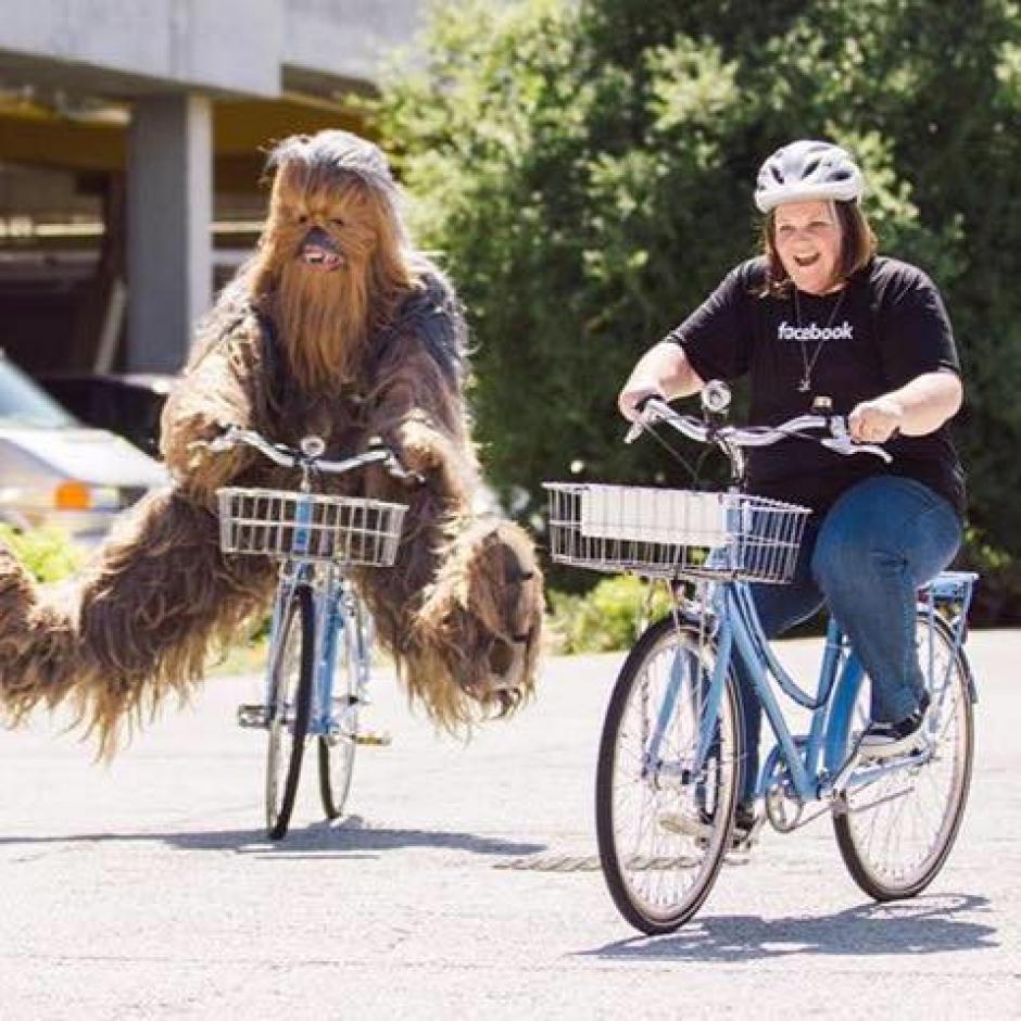 Candace en bicicleta junto a Chewbacca. (Foto: Candace Payne/Facebook)