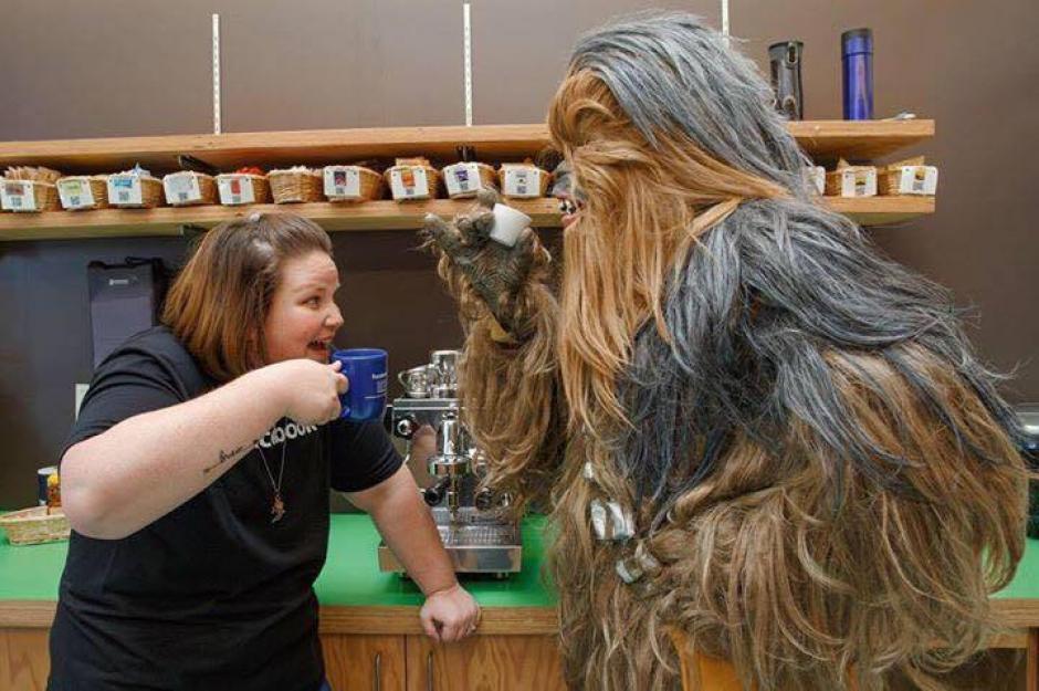 Candace disfruta junto a Chewbacca. (Foto: Candace Payne/Facebook)