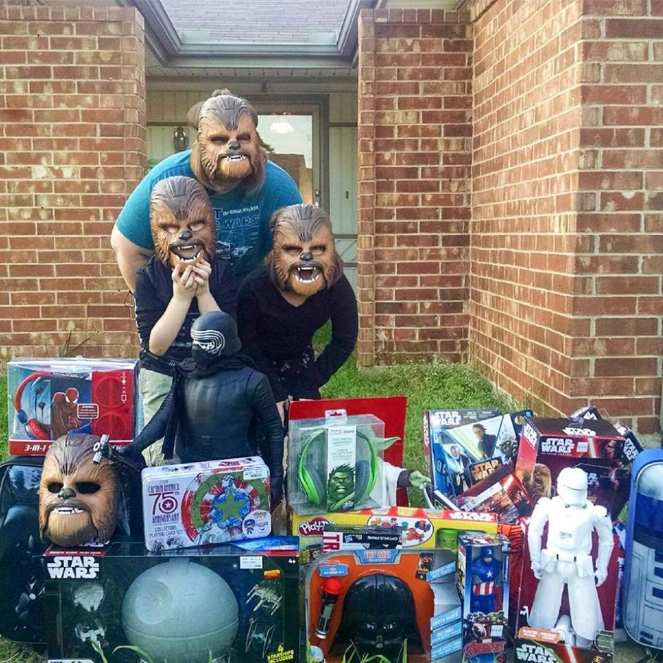 Una juguetería le envió juguetes de Star Wars. (Foto: Candace Payne/Facebook)