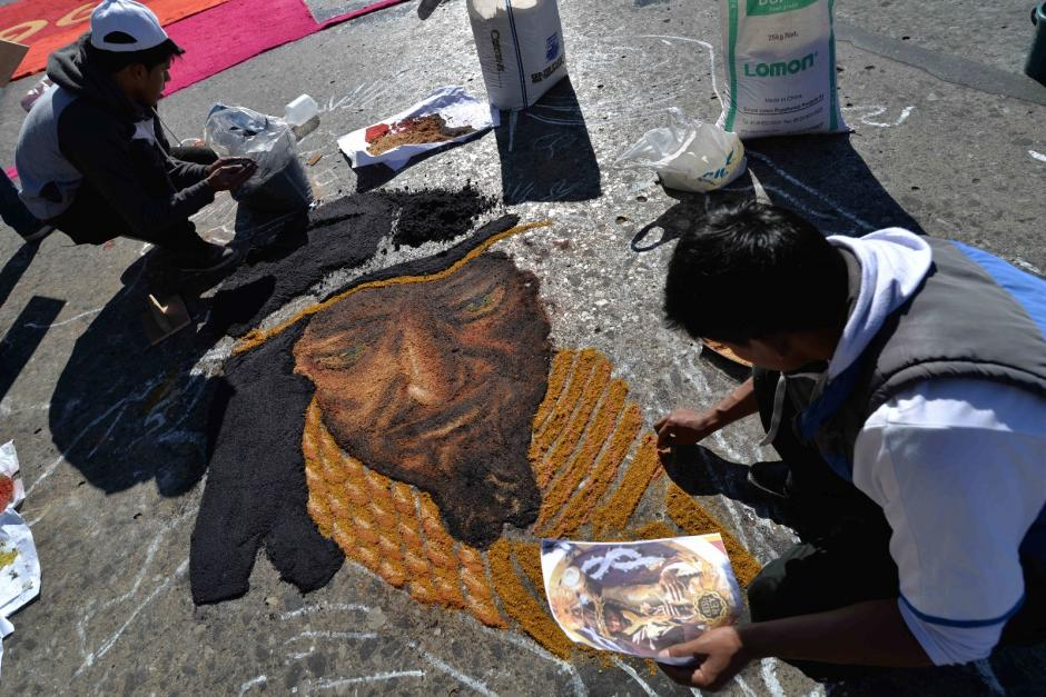 El colectivo Pata de Chucho Callejero realizan una alfombre frente a Palacio. (Foto: Wilder López/Soy502)