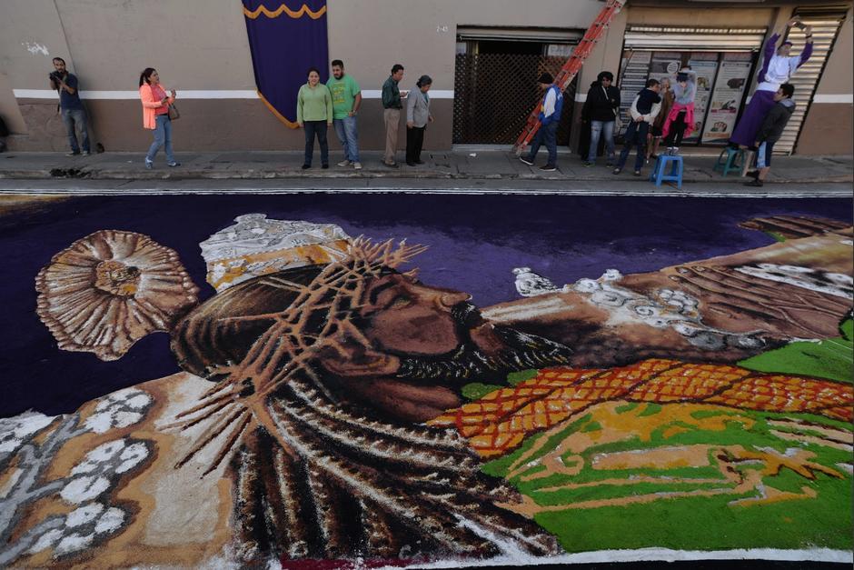 Estudiantes de la Escuela Nacional de Artes Plásticas realizaron esta alfombra. (Foto: Wilder López/Soy502)