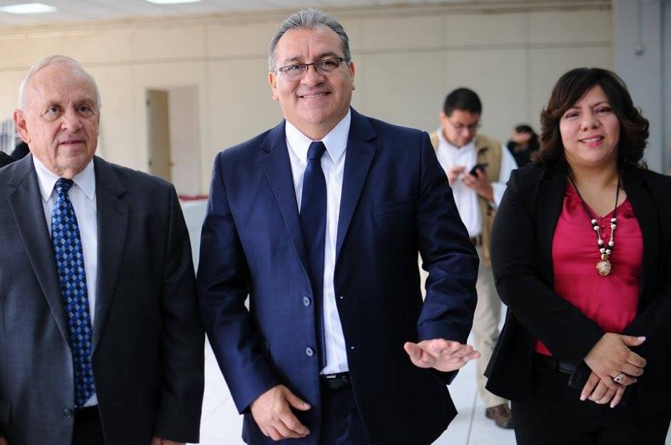 El candidato Bonerge Mejía acudió al Parque de la Industria para emitir su voto. (Foto: Alejandro Balan/Soy502)