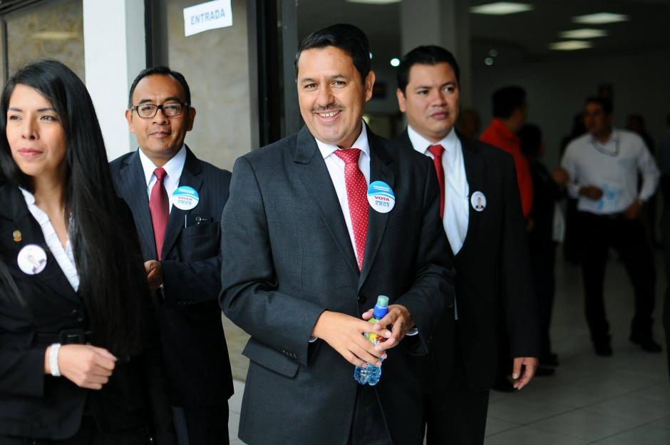 Oscar Cruz, otro de los candidatos a magistrado titular, emitió su voto en las elecciones del Colegio de Abogados. (Foto: Alejandro Balan/Soy502)