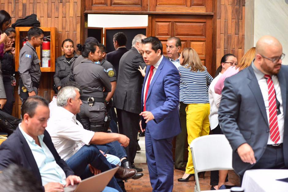 Los exmandatarios se encuentran sentados antes de la salida. (Foto: Jesús Alfonso/Soy502)