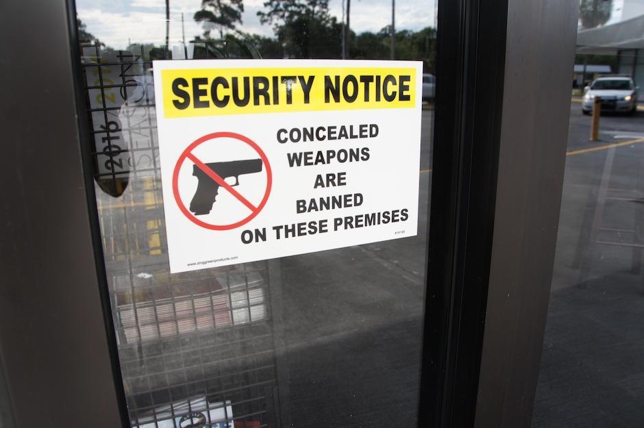 Las puertas muestran un letrero que prohíbe el ingreso de armas.