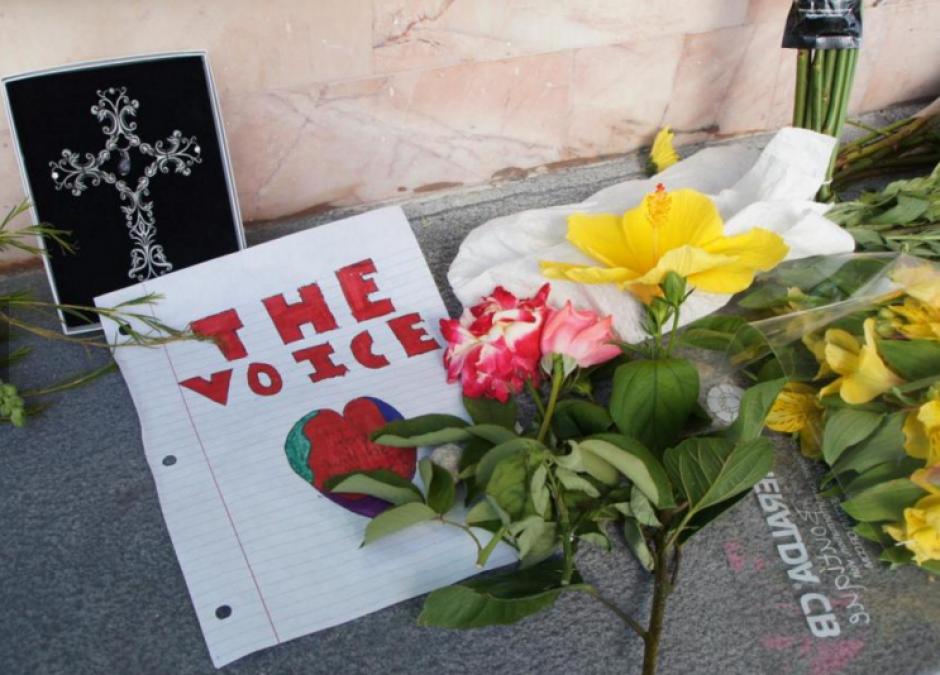 Letreros de cariño están en el lugar donde ocurrió el asesinato. (Foto: Univisión)