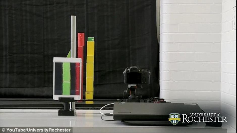 El clip muestra al estudiante de doctorado Joseph Choi utilizando una cámara, un iPad y una lente lenticular especial. (Captura de pantalla: UniversityRochester/YouTube)