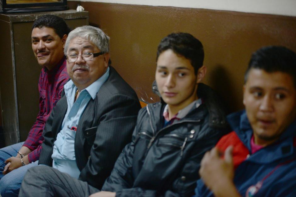 """Eddy Siu, segundo de izquierda a derecha, fue el abogado defensor de Marlon Puente """"Pirulo"""". El caso lo conoció la jueza Martha Sierra, a quien acompaña. (Foto: Archivo/Soy502)"""