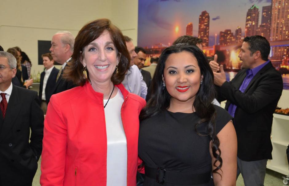 La cónsul, a la derecha, junto Roberta Jacobson, en un acto en Miami. (Foto: Facebook)
