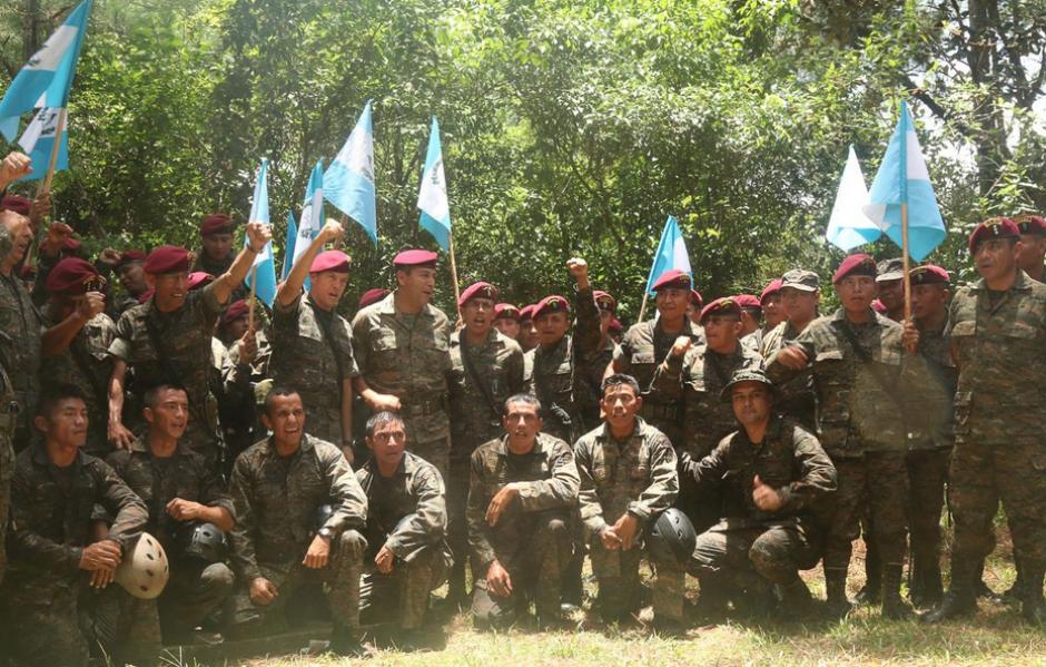 Equipo que representa a Guatemala en la competencia Fuerza Comando en 2015 que se celebra en Petén. (Foto:SOCSOUTH)