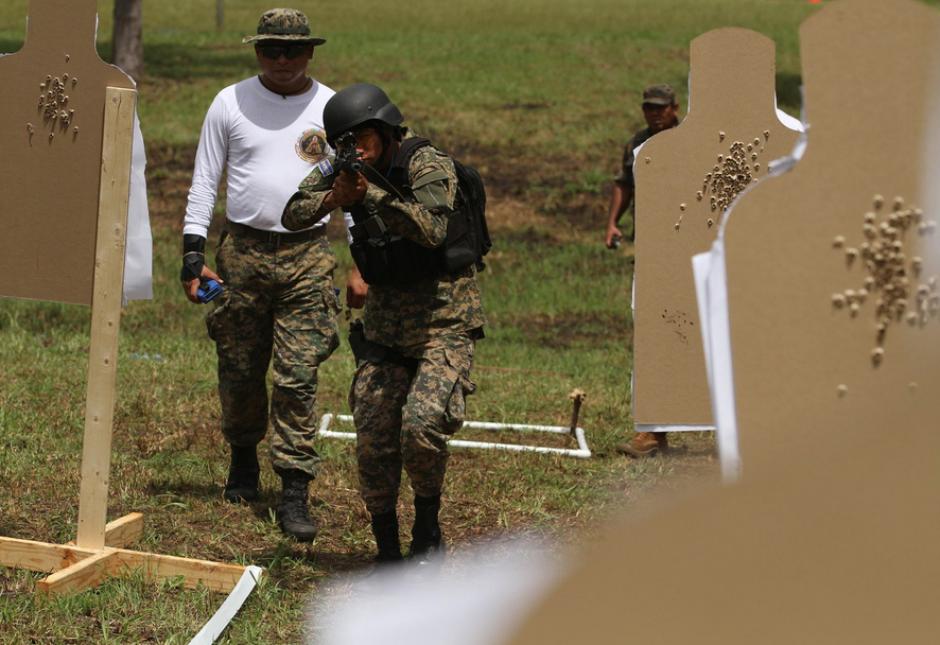 Miembro del equipo salvadoreño durante una prueba de tiro. (Foto:SOCSOUTH)