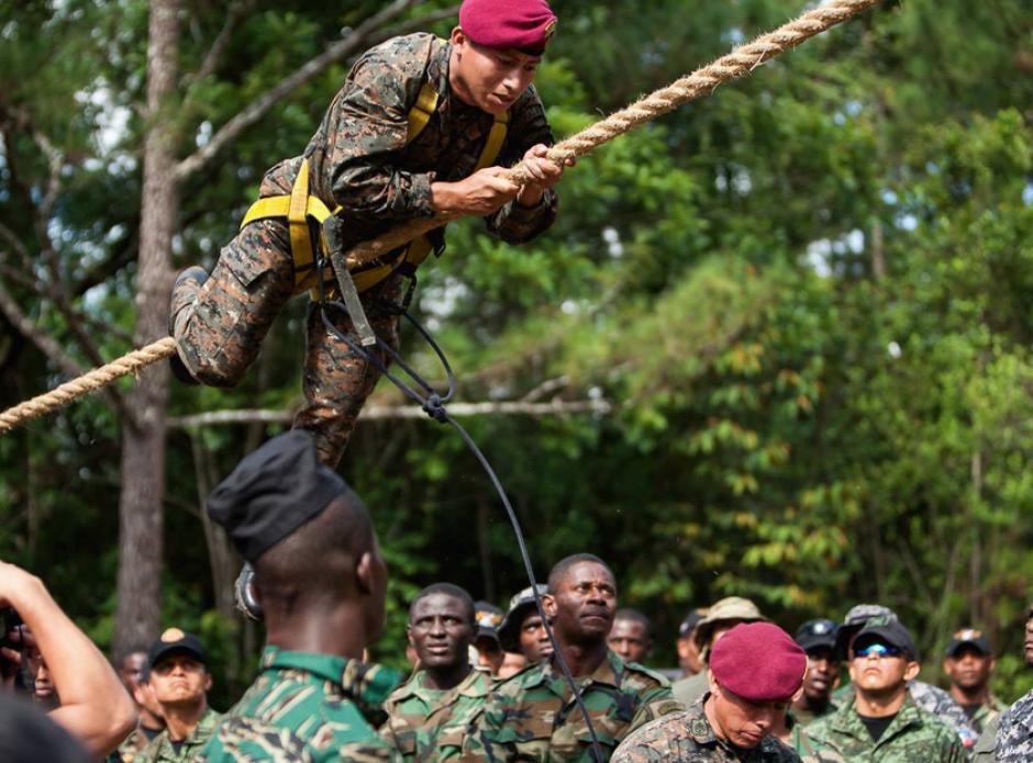 Kaibil sobre la cuerda intentando superar una de las pruebas de obstáculos. (Foto:SOCSOUTH)