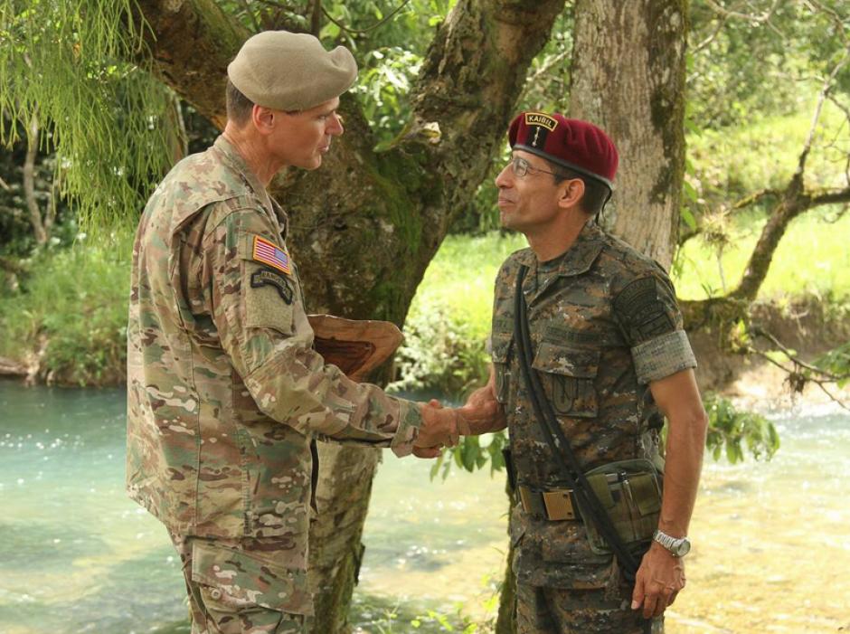 Comandante de la Armada de EE.UU, Joseph Votel, visitó el eventó y mantuvo un encuentro con el lider de los kaibiles. (Foto:SOCSOUTH)