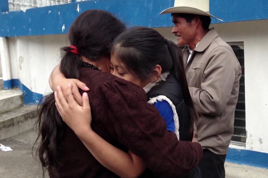 """Imagen del documental """"Abrazos"""" que muestra el momento en el que una nieta se reencuentra con su abuela en Guatemala. (Foto: Abrazos)"""